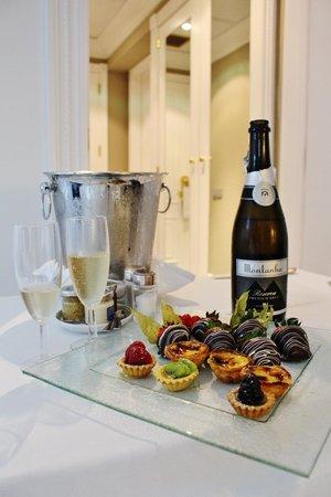 Tivoli Lisboa: Free sparkling wine and desserts for the honeymooners (us)