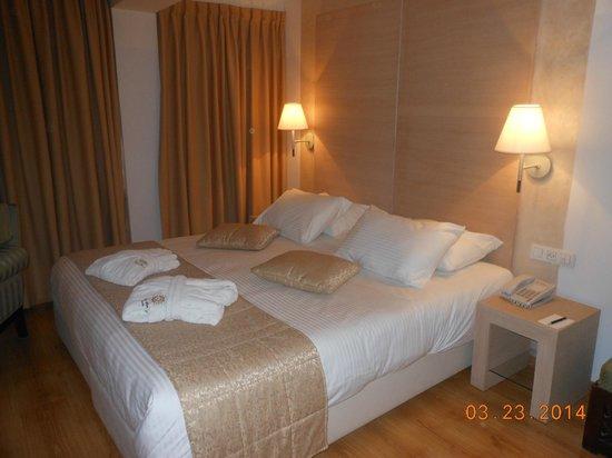 Legacy Hotel: Gde chambre avec deux lit  un grand et un petit .  Baignoire avec douche pas etanche