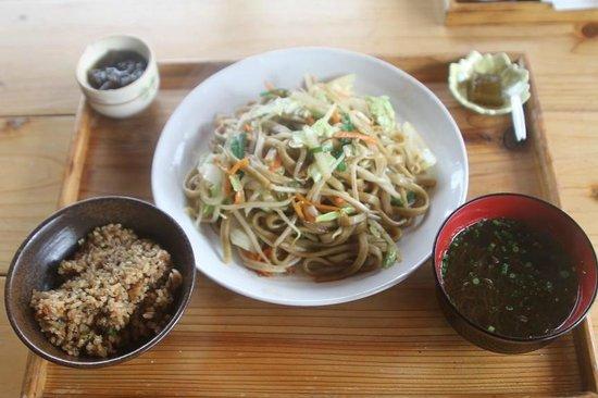 Kunnato : もずく焼きソバ定食です。