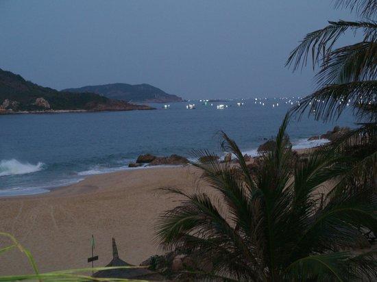 AVANI Quy Nhon Resort & Spa: Ночной вид из номера на море с клетками для выращивания бебе лобстеров