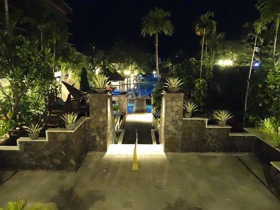 Hard Rock Hotel Bali : Piscine de nuit