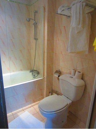 Hotel Paris Rivoli: Ванная с удобным душем