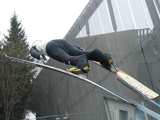 Musée du ski de Holmenkollbakken : Лыжник у входа в музей лыж