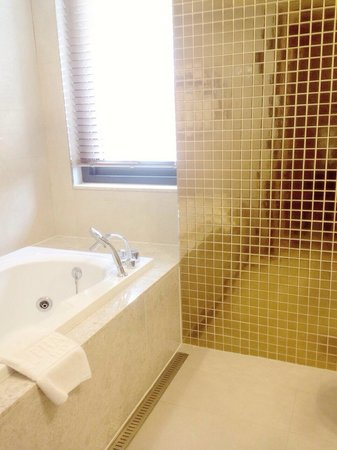 Pharos Tourist Hotel: There's a jacuzzi in the double room bathroom !