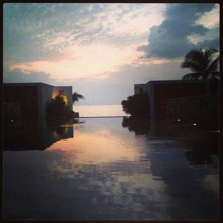 Casa de La Flora: สระว่ายน้ำตอนเย็น