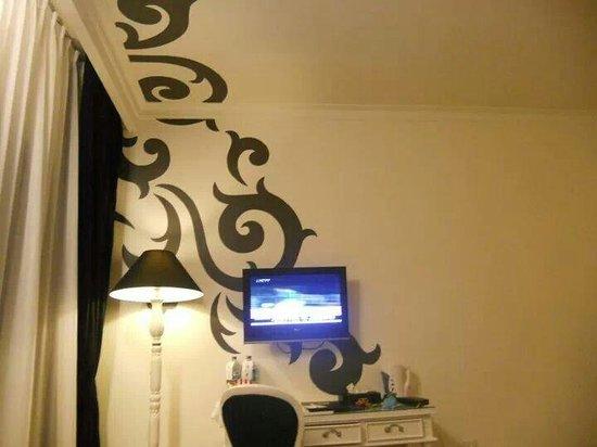 J Boutique Hotel: TV Flat,,art decoration