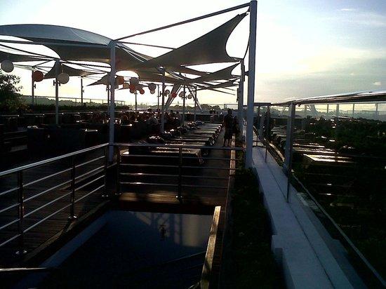 The Jimbaran View : rooftop bar di sore hari