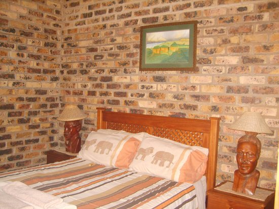 Thaba Tsweni Lodge & Safaris: master bedroom