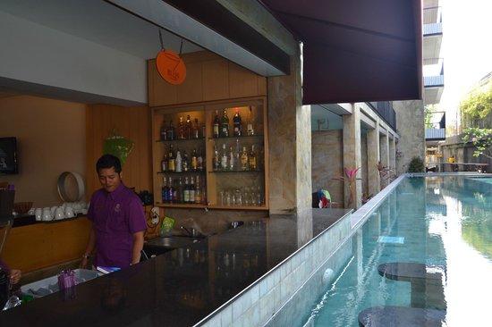 Quest Hotel Kuta: Bar Kolam renang