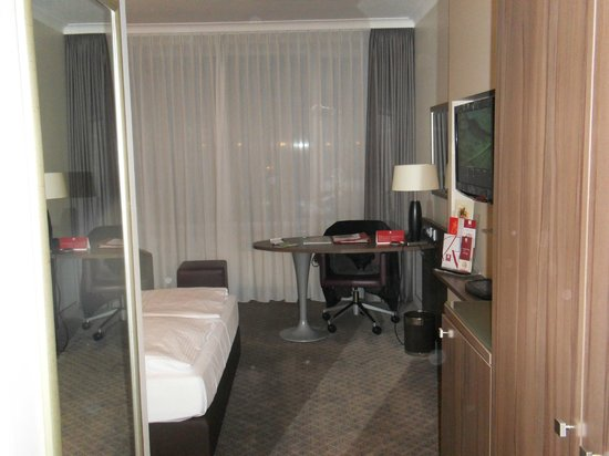 Leonardo Royal Hotel Düsseldorf Königsallee: Bedroom/Work Area