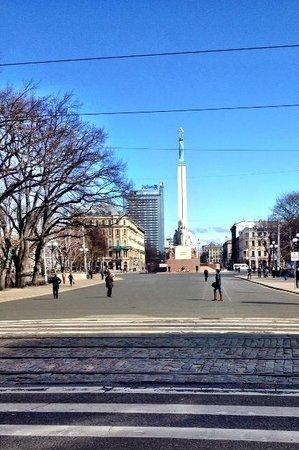 Astor Riga Hotel & Conference: Памятник Свободы у отеля