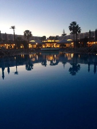 ClubHotel Riu Paraiso Lanzarote Resort: the pool by night
