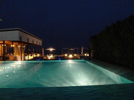 Oceanside Beach Club & Restaurant: Pool mit Restaurant (links)
