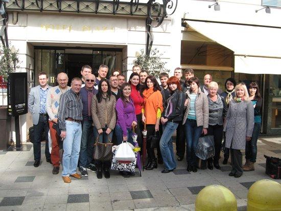 B4 Plaza Nice: участники конференции на входе в отель
