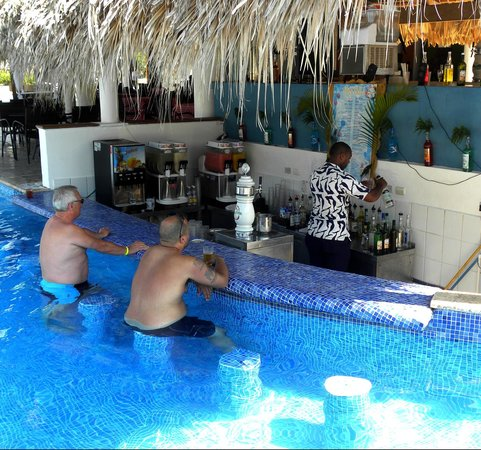 Sirenis Punta Cana Resort Casino & Aquagames: Poolbar El Batey