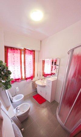 La Terrazza: bagno rosso