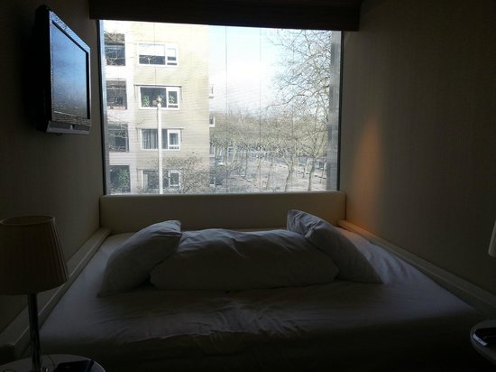 citizenM Amsterdam: Huge bed and huge window!