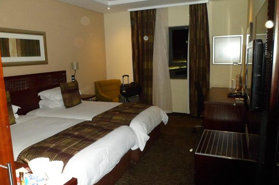 City Lodge Hotel OR Tambo Airport: Our room! Clean and view over the airport.