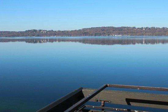 Seehotel Leoni: Blick vom Zimmerbalkon aus auf die andere Seeseite