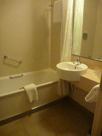 Jurys Inn Manchester: bathroom