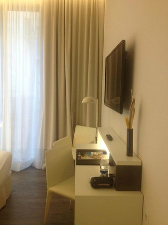 H10 Port Vell : TV&table area