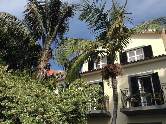 Vila Vicencia: Från solstolen i trädgården mot hotellet