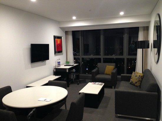 Meriton Suites Herschel Street, Brisbane: living area