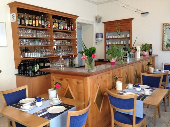 Hotel Alexandra: La salle du petit-déjeuner et le bar