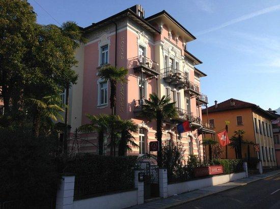 Hotel Alexandra: Vue extérieure de l'hôtel depuis la rue principale