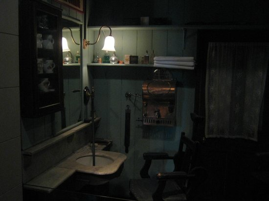 Museum of London : Barber shop within Victorian area