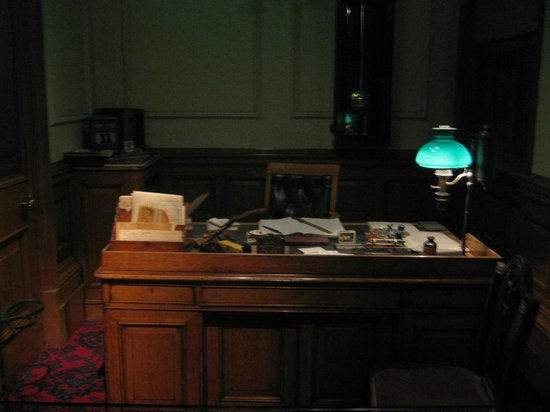 Museum of London : Bank manager's office within Victorian area