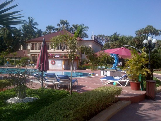Radhika Beach Resort: View of Pool and restaurant