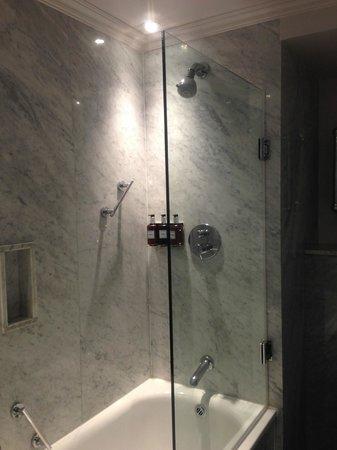 Radisson Blu Edwardian Berkshire : Douche in het bad