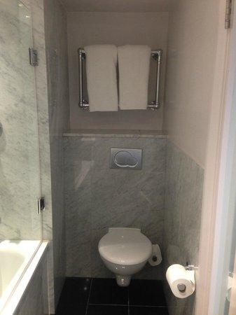 Radisson Blu Edwardian Berkshire : Toilet met daarboven handdoekverwarmer