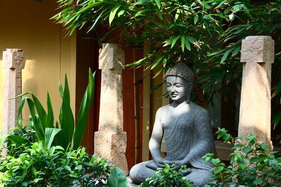 Hanu Reddy Residences Poes Garden: Buddha Statue