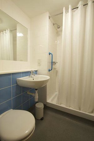 Travelodge Mansfield Hotel: Bathroom with shower