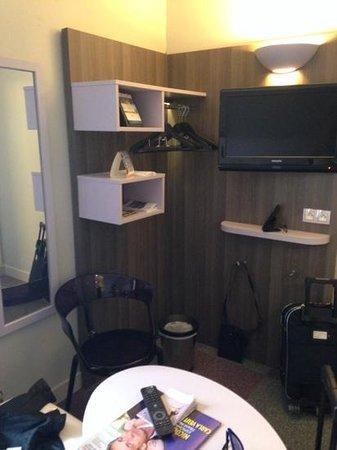 Comfort Hotel Nation Père Lachaise - Paris 11 : angolo tv con tavolino e sedia