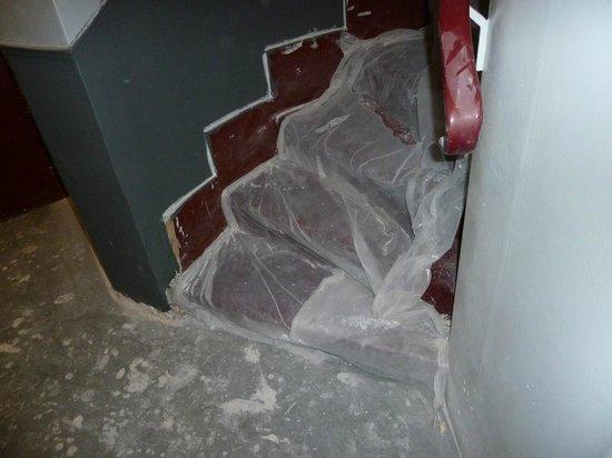 Hipotel Paris Voltaire: La cage d'escalier