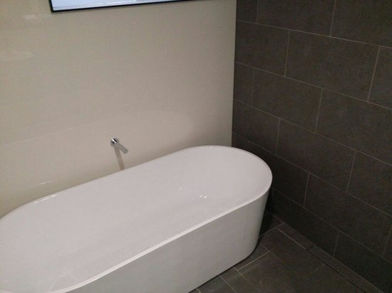 Ovolo 1888 Darling Harbour : You must request a bath for king deluxe rooms as not all have them. It's about 1.7m. It's amazin
