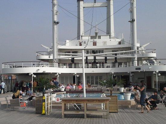 SS Rotterdam: zicht op het promenadek