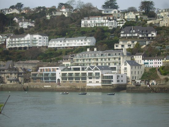 Salcombe Harbour Hotel & Spa: ..looks brilliant from the other side of the water..