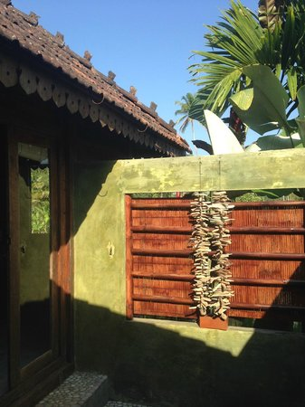 Hati Padi Cottages: View from the bathroom, open air shower space!