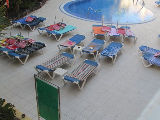 Hotel Costa Caleta: All sunbeds taken. Do not touch this at 7.30 AM