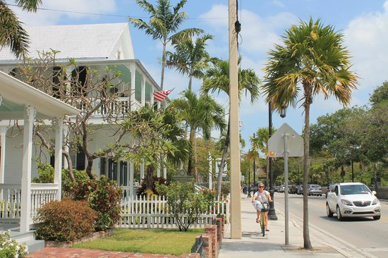 The Conch House Heritage Inn: The Conch House as viewed coming down Truman