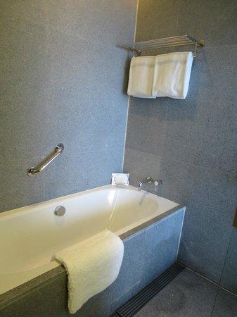 Oasia Hotel Novena, Singapore by Far East Hospitality: Bath tub!