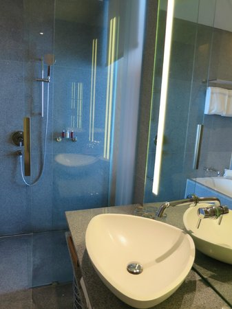 Oasia Hotel Novena, Singapore by Far East Hospitality: Spacious Bathroom