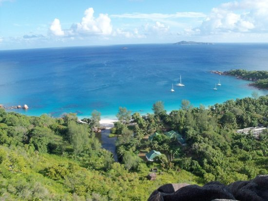 Le Chevalier Bay Guesthouse : Anse lazio beach and guesthouse from the hill