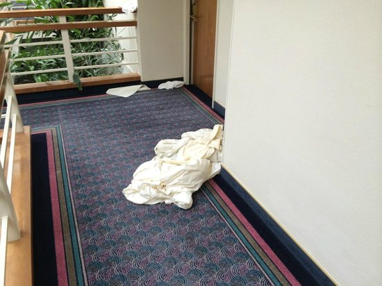 Monarch Resort: Sheets and towels thrown into corridor by maids and left for hours.