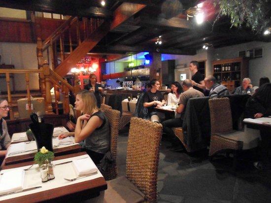 Restaurant De Witte Leeuw: Interior at night