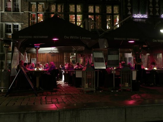 Restaurant De Witte Leeuw: Exterior at night